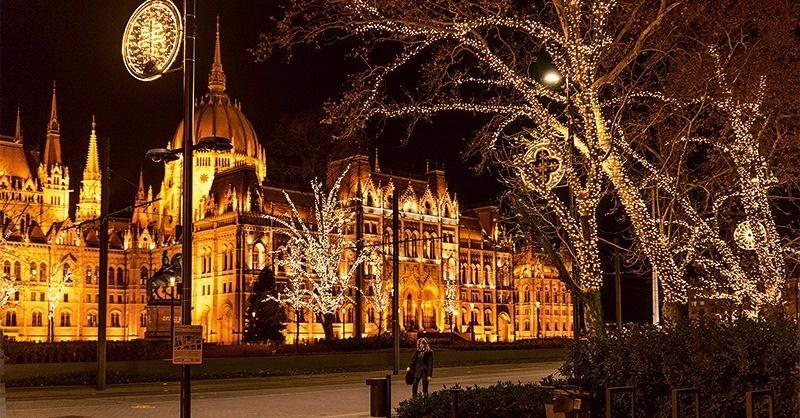 Karácsonyi fények a Kossuth téren