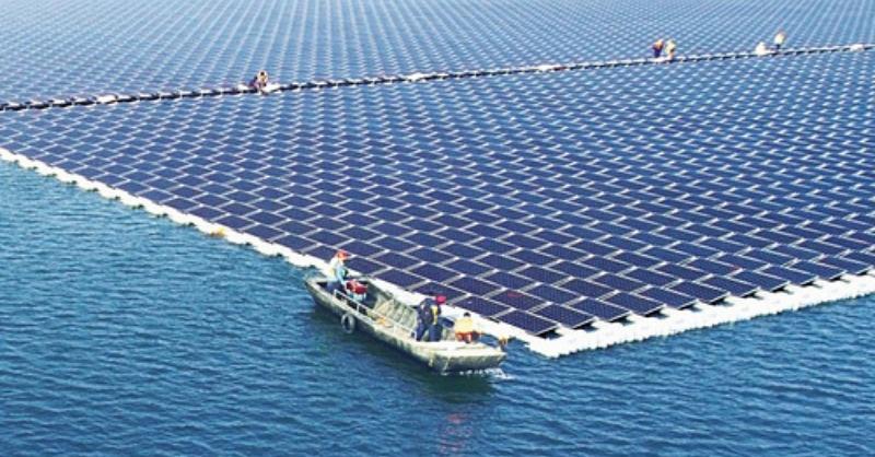Bekapcsolták a világ legnagyobb úszó naperőművét
