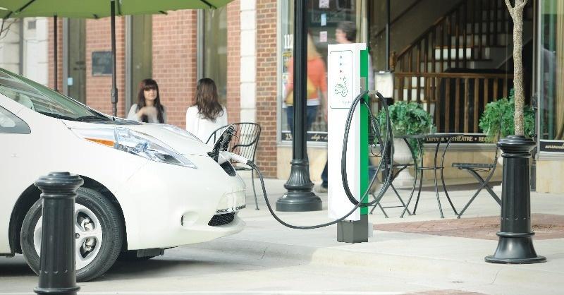 Lassan vége az elektromos autók ingyen töltésének