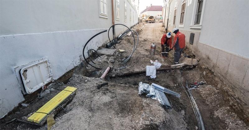 Felrobbant egy vezeték székesfehérvári városháza alatt