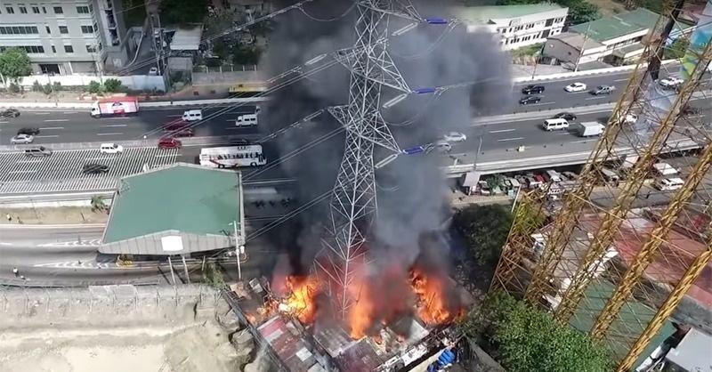 Videón az összedőlő távvezetékoszlop