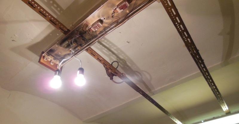 A világítási megoldás mindent elárul a bezáratott cukrászüzemről