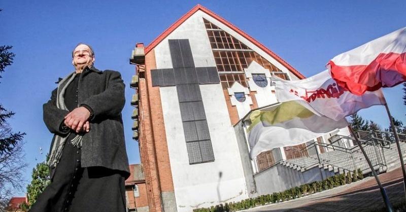 Napelemes kereszt egy lengyel templomon