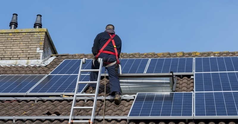 Vádat emeltek a napelemes csaló ellen