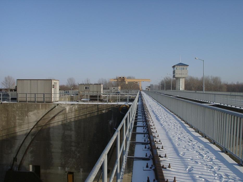 Amennyiben a folyón érkező vízmennyiség meghaladja az 560m3/sec-ot, akkor az efölötti mennyiséget a duzzasztóművön keresztül engedik le.