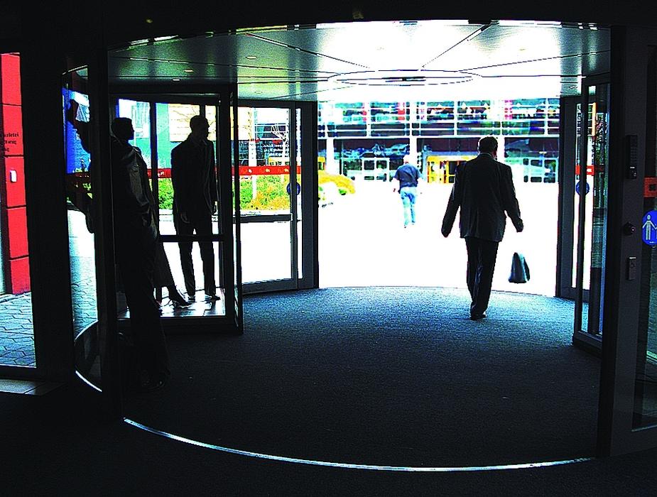 Az automatikus forgóajtó képe az áruházból nézve