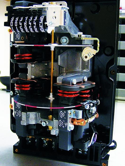 A háromfázisú mérőben három elektromágneses hajtórendszer található, a közös tengelyen lévő tárcsák egyetlen számlálóműre dolgoznak.