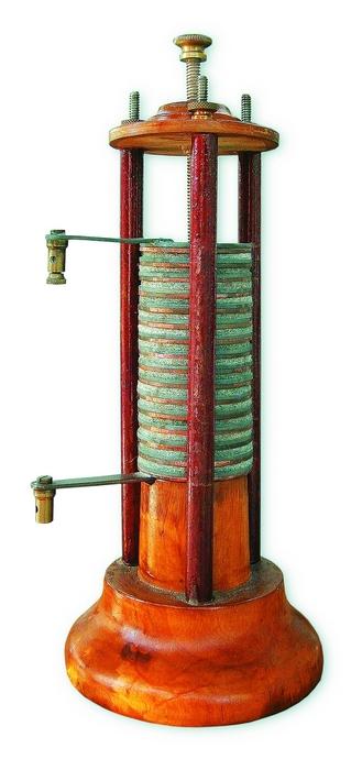 4. ábra: Cink és réz anyagú tárcsák közé elektrolittal átitatott papír- vagy szövetdarabokat helyezett.