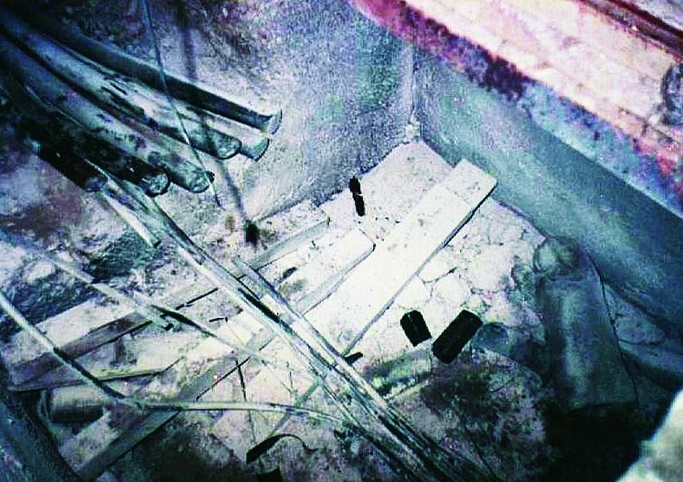 1. kép Az elvágott kábelek. A 4. vékony kábel átvágása közben a flex gyorsdaraboló alumínium- házával rövidzárlatot okozott a már korábban elvágott vastag kábeleknél, a 6 kábel közül ugyanis 3 feszültség alatt volt.