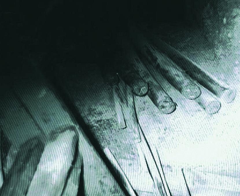 5. kép Elvágott kábelek. A 6 db, 3x240/240-es acélköpenyes kábelből kivágott 1-1 db, kb. 1 m hosszú darabot, és kihelyezte ezeket a középen lévő folyosó padozatára.