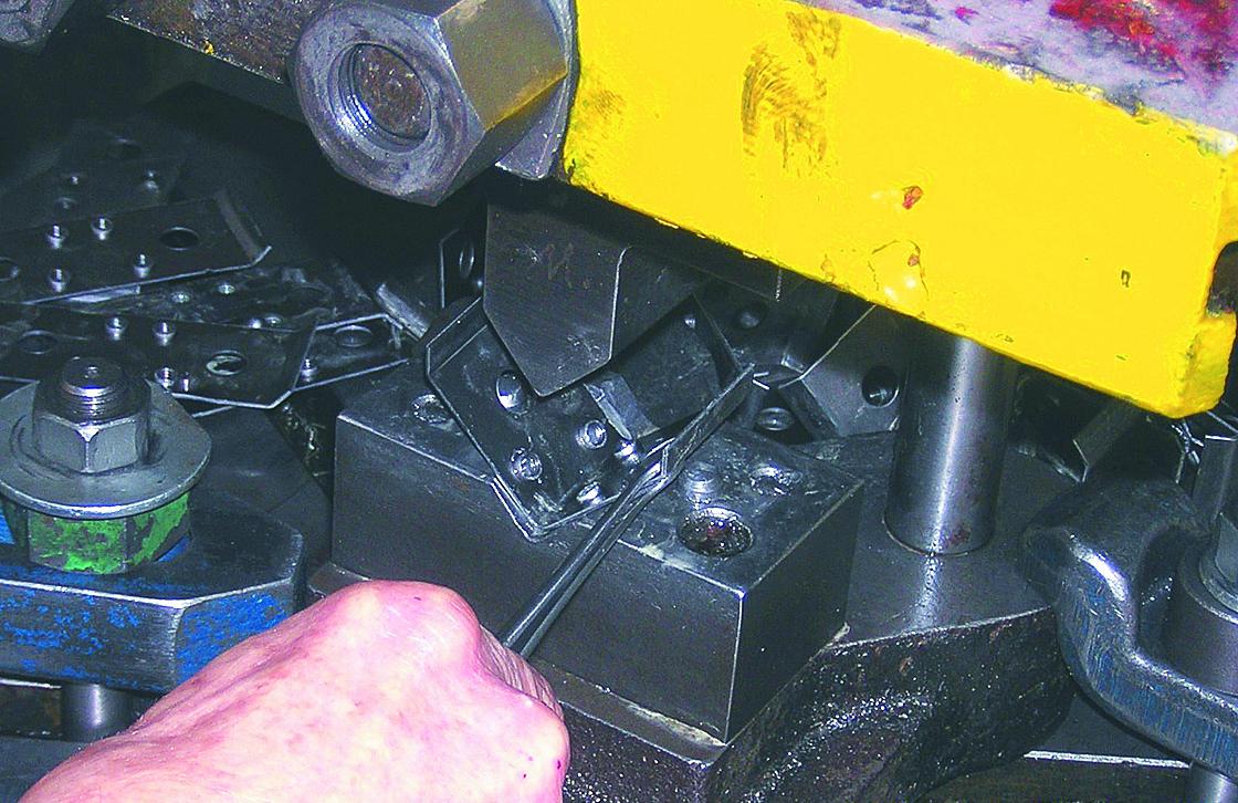 4. ábra: A préselés utáni kész állapot, valamint az elkészült munkadarab csipesszel való kivétele a gépből.