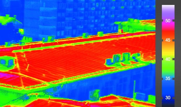 """3. ábra A háztetőre helyesen telepített napelemes rendszer """"hőpajzsként"""" képes védeni a forró nyári napokon, ezzel csökkentve a tető és épület felhevülését, amit a termográfiai felvételek is igazolnak."""