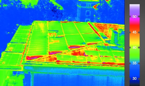 4. ábra: Mi történik, hogyan változik a tetőrész hőmérséklete, ha napelemeket telepí- tünk a tetőre? A választ egy termográfiai felvétel szolgáltatja.