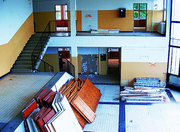 2-3. ábra A dokumentációk alapján a munka 1992 négyzetméter felújítást és 674 négyzetméter bővítést tartalmazott, mely magába foglalta a teljes rekonstrukciót, akadálymentesítést, játszótér-felújítást és új konyhatechnikai eszközök beszerzését, beépítését.