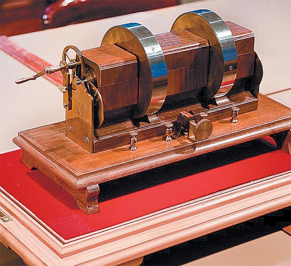 A tárlat a villamos háztartási készülékeket, szerelési és installációs anyago- kat, valamint a villamos gyógyászati eszközök  múltját, jelenét mutatja be. Jedlik Ányos  unipoláris generátora, azaz a dinamó (1861)
